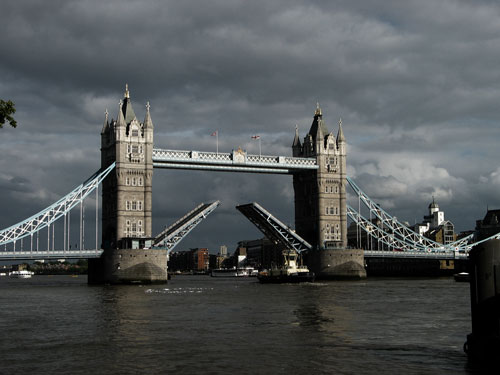 photo of London Bridge with high contrast look photography style